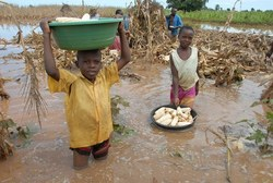 Children-collect-maize-from-a-flooded-fiel-in-Bulambuli-Eastern-Uganda-2012